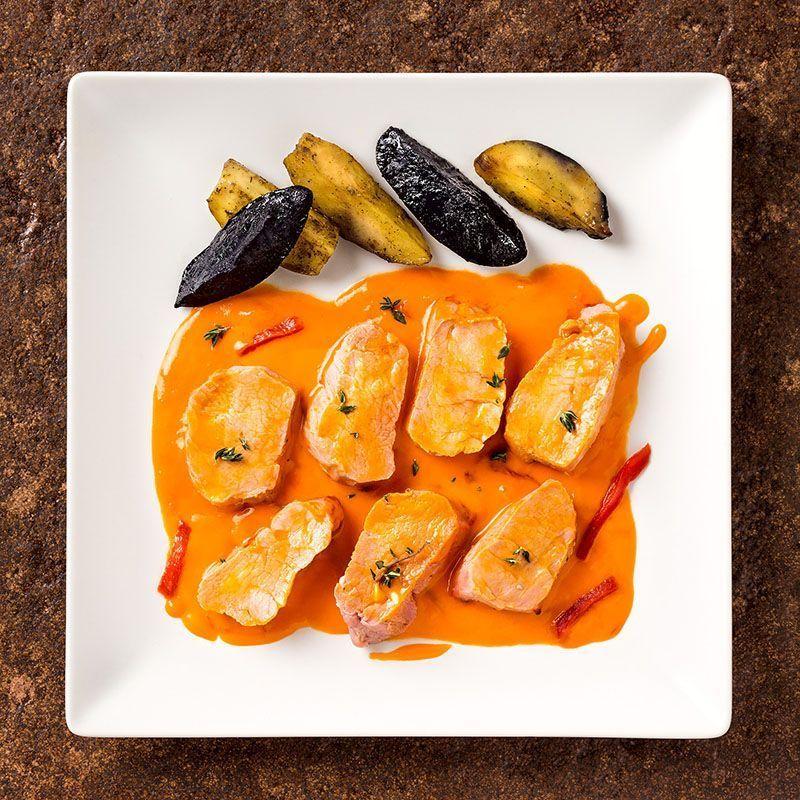 Solomillos de cerdo con salsa de piquillos y patatas rústicas (475 gr.)