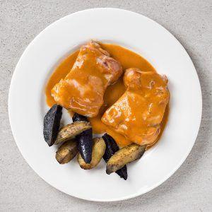 Pollo Piri Piri con guarnición de patatas rústicas