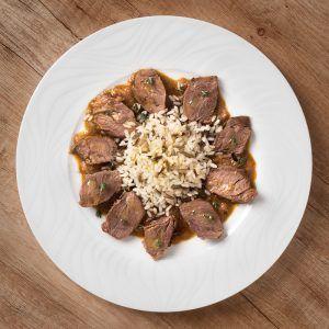 Carrillada estofada con guarnición de arroz salvaje