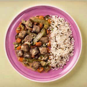 Ternera balinesa con arroz salvaje