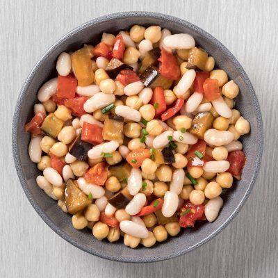 Ensalada de legumbres con verduras asadas