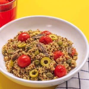 Ensalada de quinoa con alcaparras, anchoas y cherries